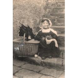 Petite fille tricotant